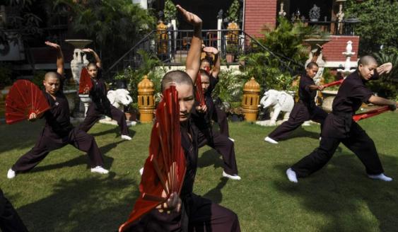 Các sư cô luyện võ Kung Fu tại New Delhi, Ấn Độ. Ảnh: AFP