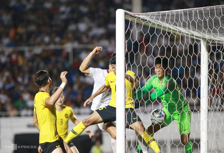 Thủ thành Nadzli trở thành tội đồ khi Malaysia thua Philippines 0-1 tối 29/11. Ảnh: Lâm Thoả