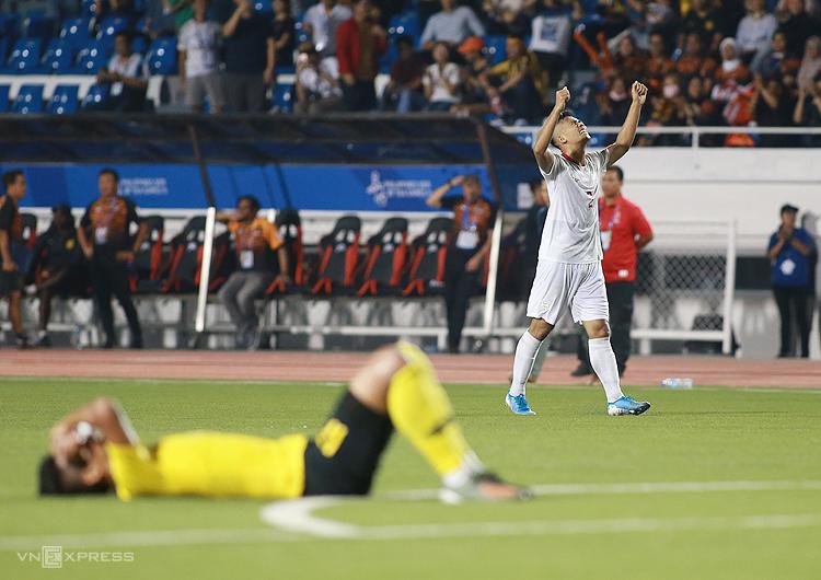 Cảm xúc trái ngược của cầu thủ Philippines và Malaysia khi tiếng còi kết thúc trận đấu vang lên. Ảnh: Lâm Thoả