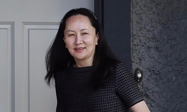 Mạnh Vãn Chu rời nhà tại Vancouver ngày 8/5. Ảnh: AFP.