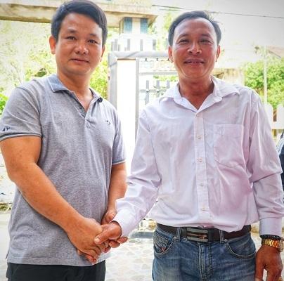 Thuyền trưởng Bùi Văn Danh gặp lại ông Bùi Văn Quốc sau hai tháng cứu ông Quốc trên biển. Ảnh: Phạm Linh.