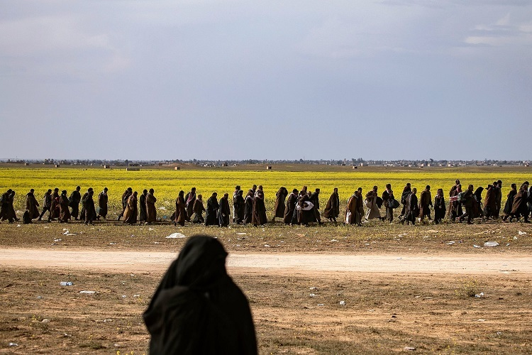 Dòng người hồi hương đến trạm kiểm soát ở Baghouz, miền đông Syria hồi tháng 3/2019. Ảnh: AFP.