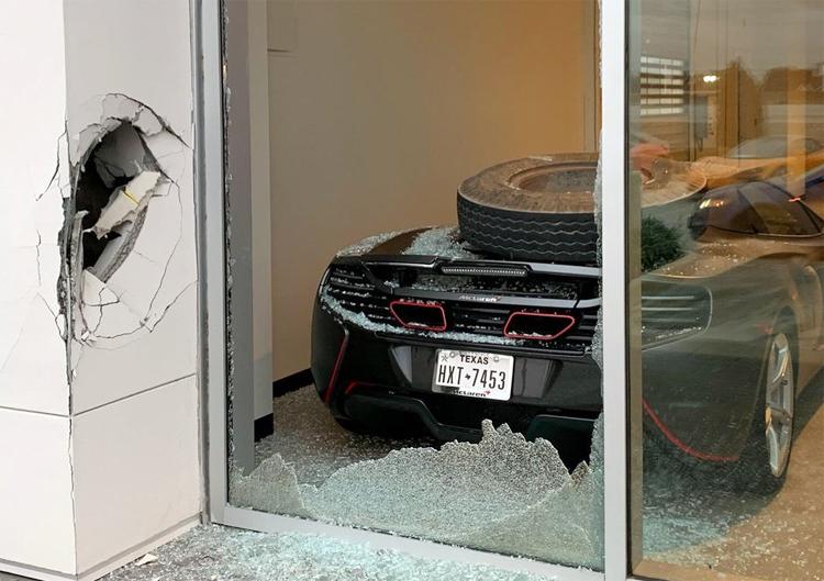 Chiếc lốp để lại mảng tường thủng lỗ lớn và cửa kính vỡ nát trước khi đáp lên siêu xe. Ảnh: Trevor Bauer/Twitter