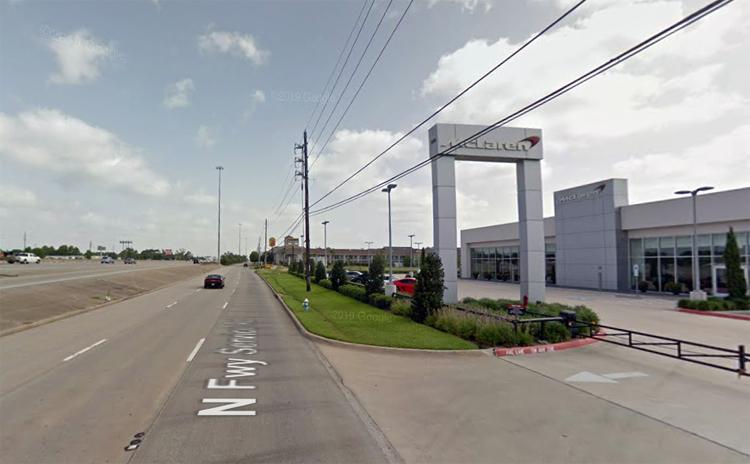 Đại lý McLaren nằm bên con đường cao tốc sáu làn ở Houston. Ảnh: Google Maps