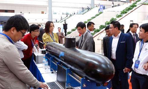 Máy bay tàu ngầm mô hình hút khách tham quan
