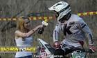 Nữ phóng viên bị bùn bắn đầy người khi ghi hình tay đua