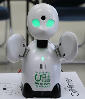 Robot Ori Hime có thể di chuyển đầu, vỗ tay và phát giọng nói của người điều khiển. Ảnh: Steemhunt.