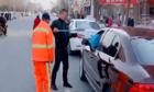 Người đàn ông hốt rác trả lại cho tài xế ôtô