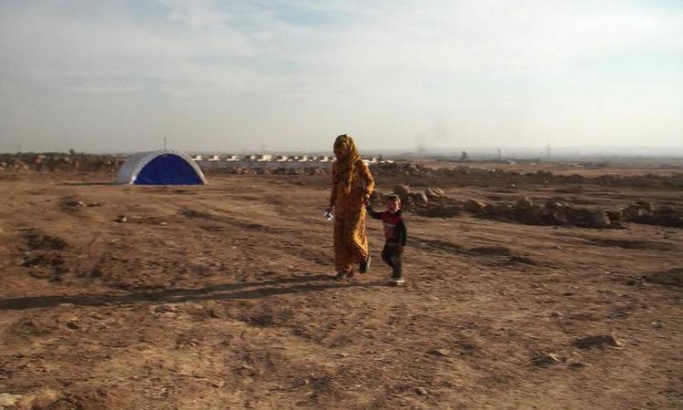 Một gia đình Syria ở trại tị nạn sau khi chạy trốn chiến dịch quân sự của Thổ Nhĩ Kỹ. Ảnh: CNN.