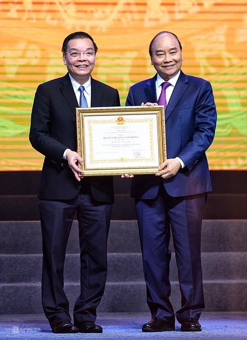 Bộ trưởng Chu Ngọc Anh nhận Huân chương lao động hạng Nhất do Thủ tướng trao cho BộKhoa học và Công nghệ.