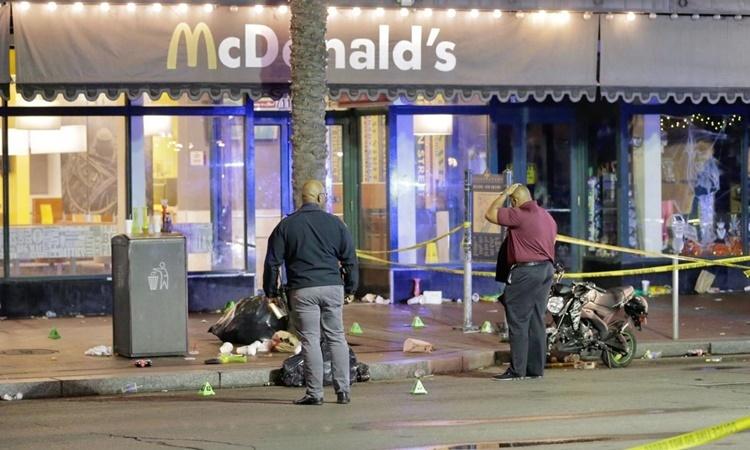 Hiện trường vụ xả súng tại khu French Quarter, thành phố New Orleans, Mỹ, sáng 1/12. Ảnh: Nola.