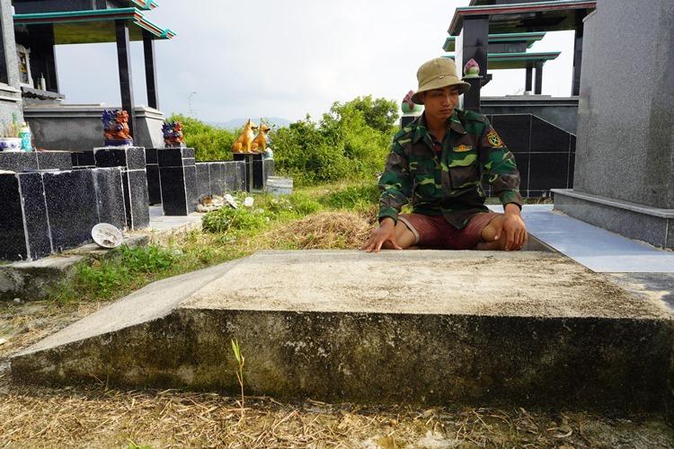 Anh Yô Ni bên mộ voi con Thông Nang chết hồi đầu năm. Ảnh: Trần Hóa.