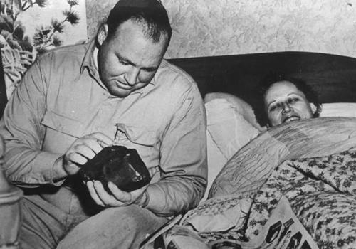 Ann Hodges cùng chồng quan sát mảnh thiên thạch. Ảnh: Vintage News Daily.