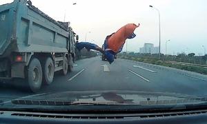 Bạt phủ xe tải rơi trúng ôtô chạy phía sau