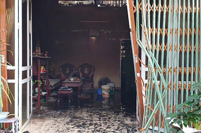 Khi cháy, hai cửa của căn nhà đều khoá, hàng xóm không mở được. Ảnh: Nguyễn Định