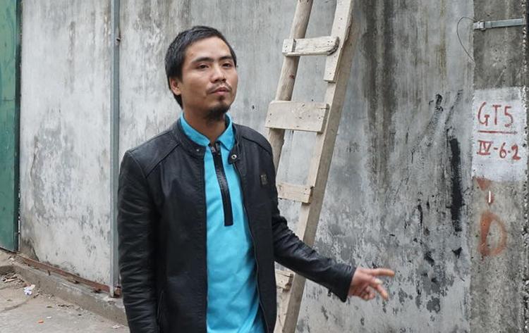 Anh Nguyễn Hữu Anh kể lại lúc bắc thang lên cứu người song bất thành. Ảnh: Nguyễn Định.