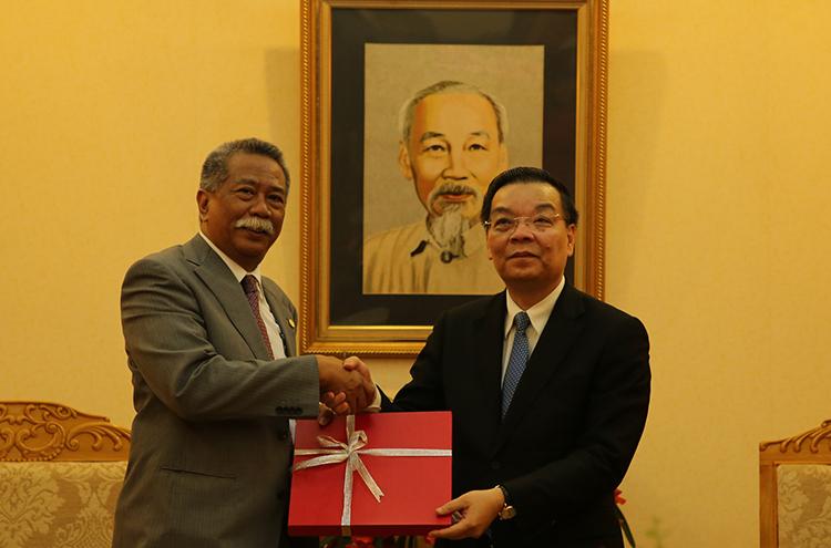 Bộ trưởngChu Ngọc Anh (bìa phải) tặng quà lưu niệm TS. Achmad Kurnia Prawira Mochtan tặng quà tại buổi tiếp. Ảnh: HTQT