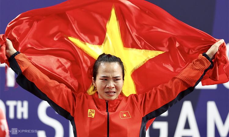 Vương Thị Huyền nghẹ ngào khi giương cao lá cờ tổ quốc trên bục nhận HC vàng. Ảnh: Đức Đồng.