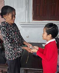 Em Khánh Ly (áo đỏ) trả lại tài sản cho bà Chới. Ảnh: Đ.H