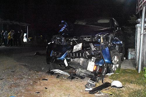 Hiện trường tai nạn khiến bốn người chết, ba nạn nhân bị thương ở Phú Yên, tối 30/11. Ảnh: An Phước.