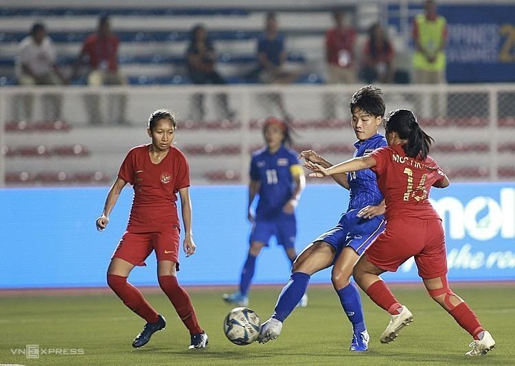 Thái Lan (áo xanh) gặp Myanmar ở bán kết. Ảnh: Lâm Thỏa.