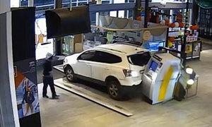 Kẻ cướp lùi xe, phá cây ATM