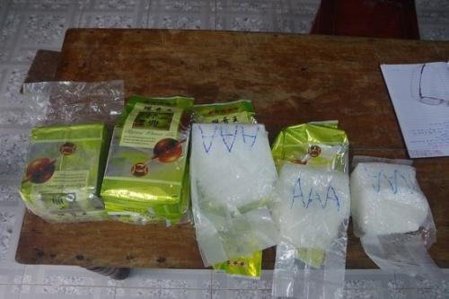 8 túi nylon chứa 8kg tinh thể màu trắng trôi dạt vào bờ biển. Ảnh: V.T