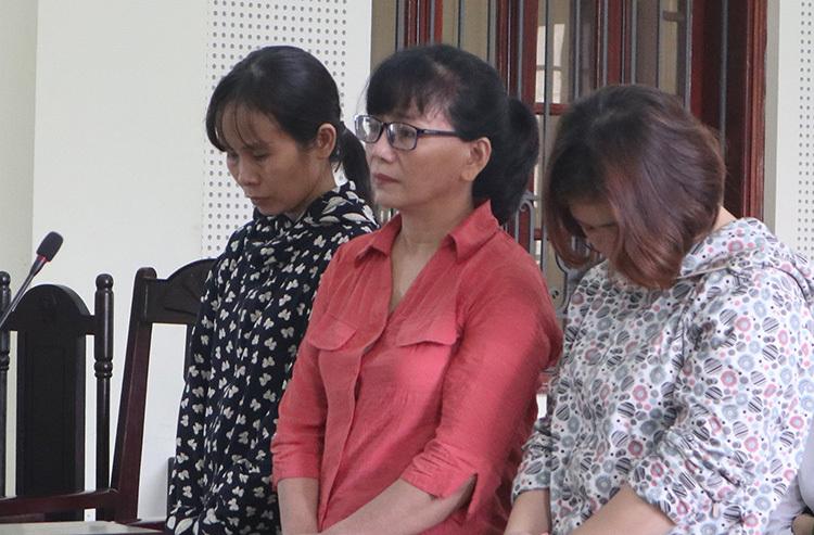 Bị cáo Oanh (áo đỏ) cùng hai đồng phạm tại tòa. Ảnh: NH.