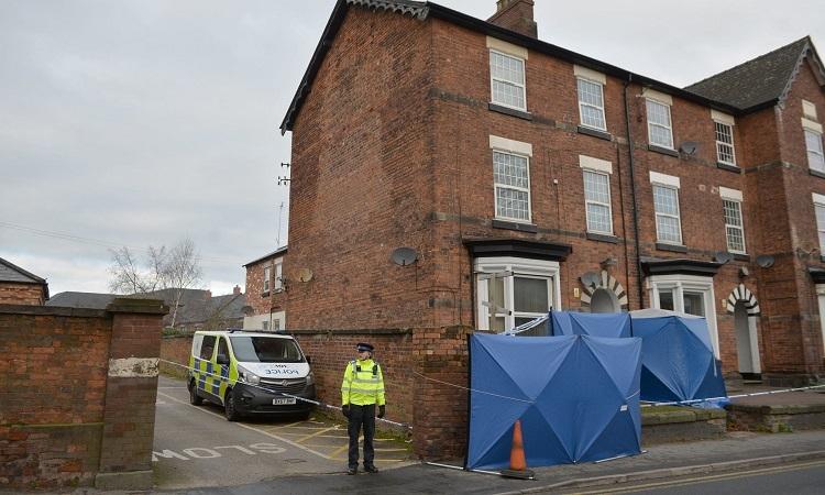 Cảnh sát Anh phong tỏa ngôi nhà nơi Khan bị quản thúc tại gia hôm 30/11. Ảnh: AP.