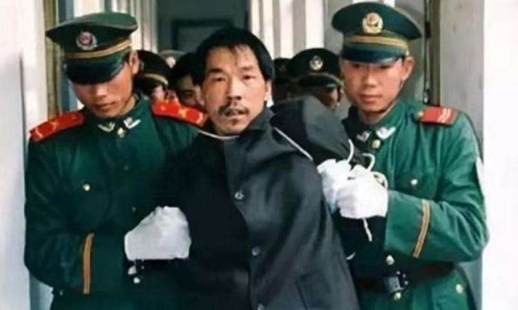 Fa Ziying bị cảnh sát bắt năm 1999. Ảnh: SCMP.