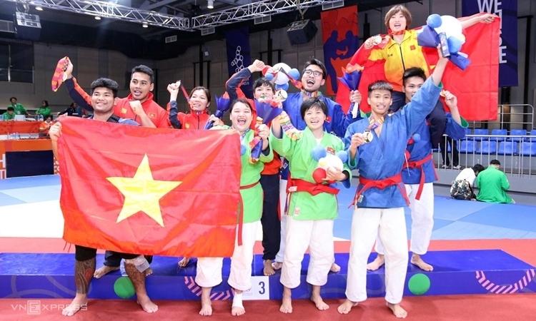 Niềm vui của đoàn kurash Việt Nam sau khi có tấm HC vàng thứ bảy ở SEA Games 30. Ảnh: Quang Huy.
