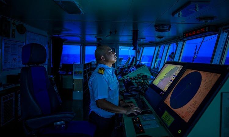 Thuyền trưởng tàu UBC Cyprus, Rodrigo Soyoso, đứng trong buồng lái. Ảnh: NY Times.