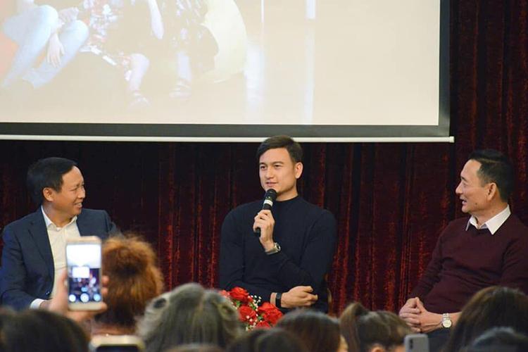 Đặng Văn Lâm trả lời câu hỏi tại buổi giao lưu. Ảnh: Hội Người Việt tại Nga