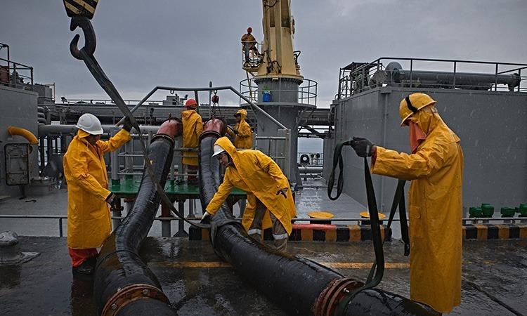Các thủy thủ tàu UBC Cyprus ở cảng Calaca, Philippines. Ảnh: NY Times.