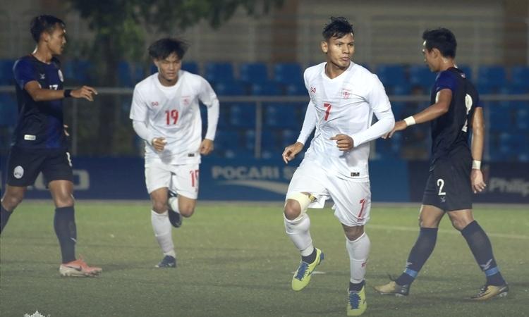 Lwin Moe Aung (số 7) lập cú đúp vào lưới Campuchia. Ảnh: MFF.