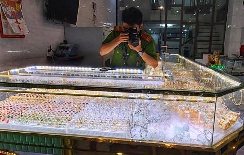 Cảnh sát khám nghiệm hiện trường vụ cướp tiệm vàng ở huyện Mộ Đức. Ảnh: Phạm Linh.