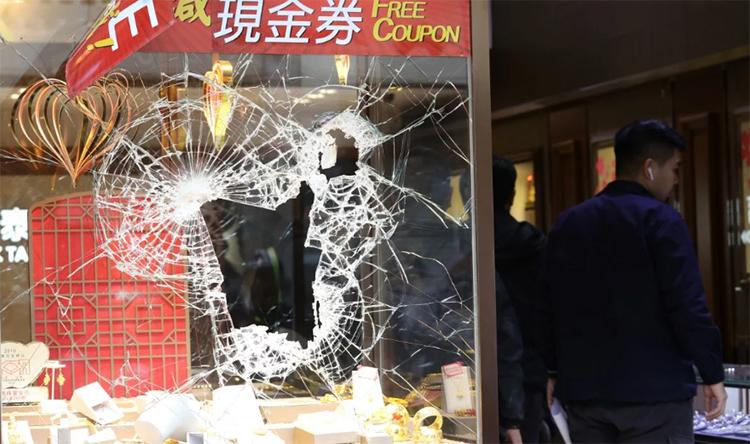 Cửa trước của tiệm trang sứcFook Tai bị nhóm cướp đập vỡ hôm 2/12. Ảnh: SCMP