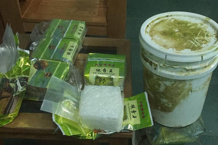 Thùng nhựa và 7 gói ma tuý được phát hiện bên bờ biển. Ảnh: Quang Hà