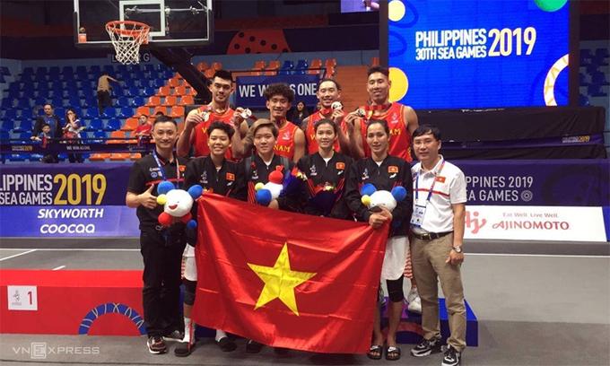 Đội tuyển bóng rổ nam Việt Nam nhận HC đồng ở nội dung 3x3. Đây là tấm huy chương đầu tiên của bóng rổ trong suốt sáu kỳ SEA Games vừa qua, đồng thời là cột mốc đánh dấu sự phát triển của bộ môn bóng rổ Việt Nam trên đấu trường khu vực. Ảnh: VAB.