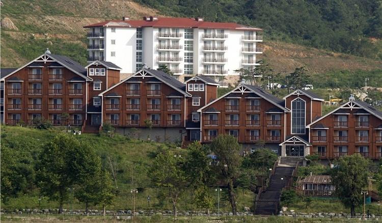 Các khách sạn do Hàn Quốc xây ở khu nghỉ dưỡng núi Kumgang. Ảnh: AP.