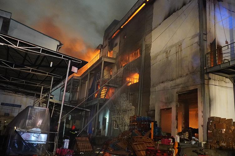 Đến 19h, ngọn lửa vẫn còn cháy lớn bên trong công ty. Ảnh: Phước Tuấn