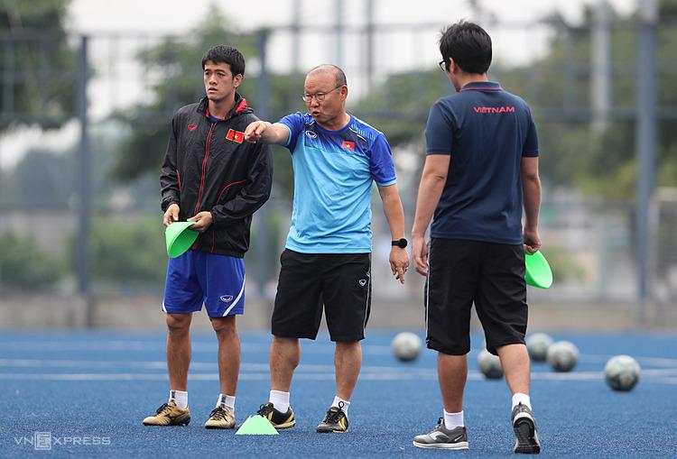 HLV Park Hang-seo (giữa) chỉ đạo các trợ lý sắp đặt các dụng cụ tập luyện trên sân  Circuit Makati Blue Pitch (Manila) chiều 2/12. Ảnh: Đức Đồng.
