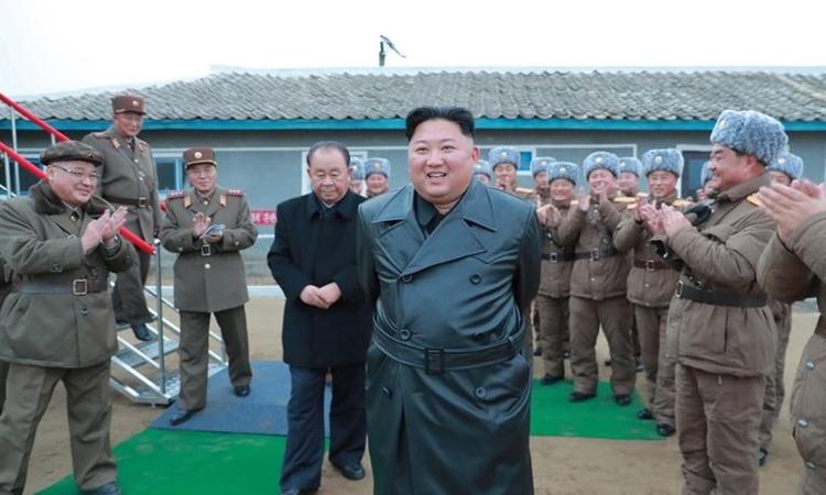 Kim Jong-un tại điểm thử pháo phản lực siêu lớn ở Triều Tiên ngày 28/11. Ảnh: KCNA.