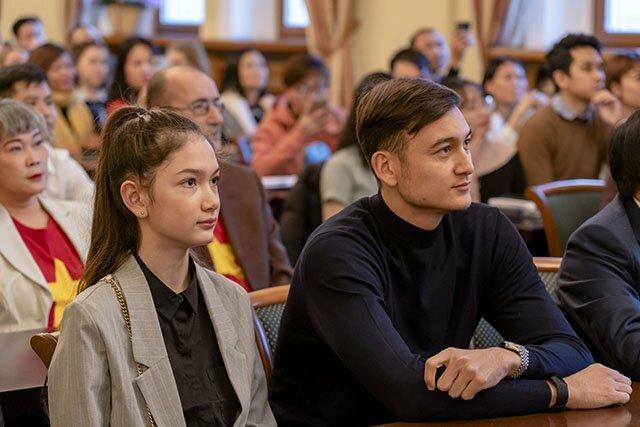 Đăng Văn Lâm và em gái tại buổi giao lưu với người Việt tại Nga hôm 1/12. Ảnh: Nhân Dân