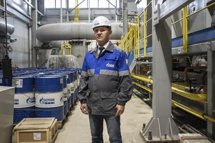 Kỹ sư Pavel Vesnin tại trạm nén khí Atamanskaya. Ảnh: WSJ.