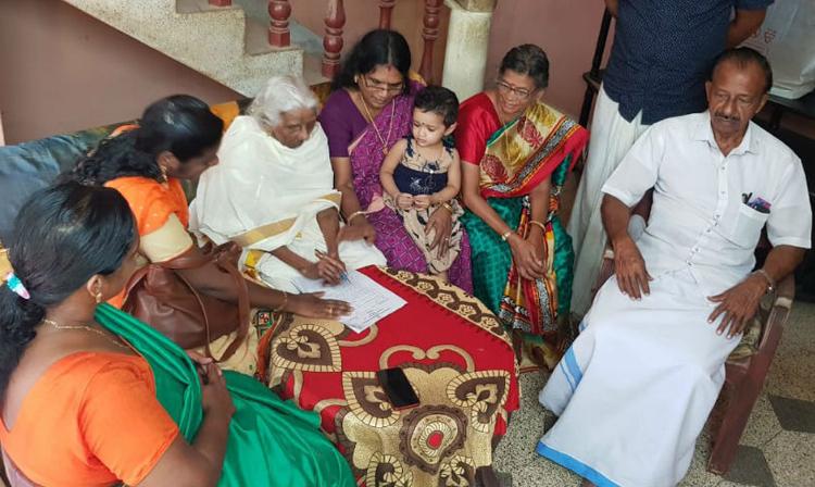 Cụ Bhageerathi (mặc đồ trắng) làm bài thi tốt nghiệp lớp xóa mù chữ tại nhà riêng. Ảnh: News18.
