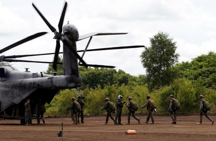 Thủy quân lục chiến Mỹ di chuyển lên trực thăng CH-53E trong cuộc tập trận tại Nhật Bản tháng 8/2017. Ảnh: Reuters.