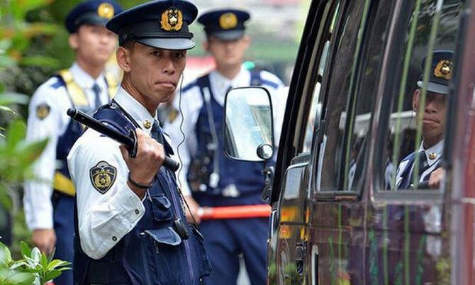 Cảnh sát kiểm tra tại một chốt an ninh ở Tokyo. Ảnh: AFP