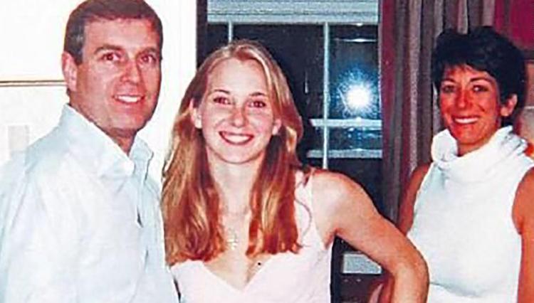 Bức ảnh chụp Virginia Giuffre (giữa) với Hoàng tử Andrew và Ghislaine Maxwell.Ảnh: BBC Panaroma