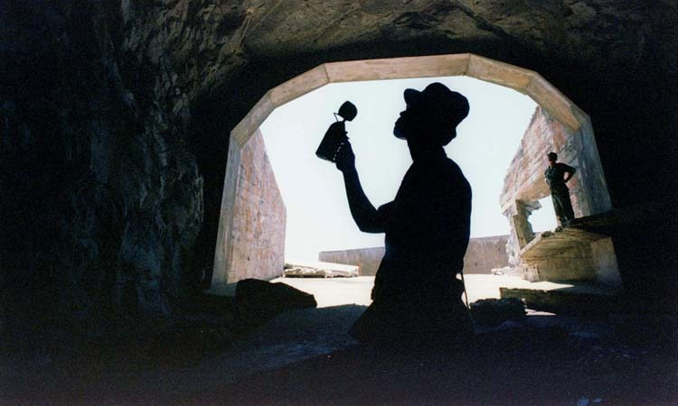 Binh sĩ Đài Loan kiểm tra một đường hầm quân sự. Ảnh: Reuters.
